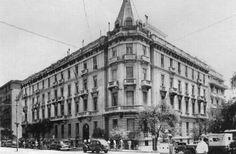 Μέγαρο Πεσμαζόγλου Βρισκόταν στη γωνία της Βασιλίσσης Σοφίας με την Ηρώδου Αττικού και χτίστηκε το 1900 σε σχέδια του Ερνέστου Τσίλερ από τον επιχειρηματία Ι. Πεσμαζόγλου. Σκοπός ήταν η ενοικίαση πολυτελών διαμερισμάτων σε ξένους. Από τα πρώτα τέτοια κτίρια μεγάλης κλίμακας στην πόλη και με χαρακτηριστικό τον πυργοειδή τρούλο στη γωνία του, «τεμαχίστηκε» κατά τη δεκαετία του 1960 και στο γωνιακό του τμήμα, που κατεδαφίστηκε, χτίστηκε κτίριο γραφείων. Το άλλο τμήμα, που κατά την κατοχή…