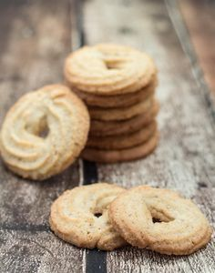 Recipe for Homemade Danish Butter Cookies (Vaniljekranse) [Ah ha! A pastry bag is used. Guess I have to buy one of those. Cocoa Cookies, Vanilla Cookies, Almond Cookies, Danish Butter Cookies, Biscuit Cookies, Danish Food, Danish Cuisine, Christmas Chocolate, Christmas Baking