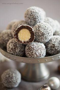 Two - color coconut balls Angie- Dvojfarebné kokosové guličky Christmas Deserts, Christmas Baking, Czech Desserts, Cookie Recipes, Dessert Recipes, Czech Recipes, Types Of Cakes, Breakfast Dessert, How Sweet Eats
