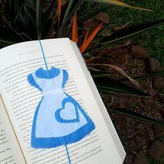 Marcador de página da Alice Bible Bookmark, Bookmark Craft, Bookmarks Kids, Book Crafts, Felt Crafts, Diy And Crafts, Sewing Tutorials, Sewing Crafts, Sewing Projects