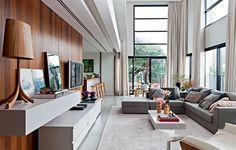 O pé-direito duplo de 5,23 cm é o grande diferencial deste living, que recebeu decoração sóbria e sofisticada. Projeto do escritório Rocco, Vidal + Arquitetos