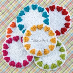 Paso a paso: corazones en relieve tejidos en circular! Posavasos!  Lindo regalo de #SanValentin o como souvenir de matrimonio, fiesta infantil, etc! ༺✿ƬⱤღ http://www.pinterest.com/teretegui/✿༻