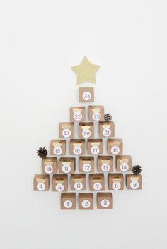 Cette année, on change de style pour ce nouveau calendrier de l'avent et on mise sur la sobriété. On met de côté les maisonnettes (ici et là) et on opte pour des petites boites en kraft. Pour relever le tout : on ajoute une petite touche de doré et de... Christmas Calendar, Christmas Time, Christmas Crafts, Merry Christmas, Xmas, Advent Calenders, Diy Crafts, Holiday Decor, Cards
