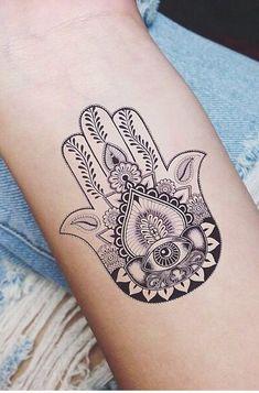 Diseños de Tatuajes de Mano de Hamsa o Fatima Para los amantes del tatuaje el simbolismo como la parte estética de un tatuaje son muy importantes, y siempre están buscando nuevos símbolos que se acerquen a su actitud y su sentir, como lo son los Tatuajes de Mano de Hamsa o Fatima. La búsque