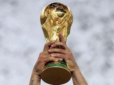 la Copa Mundial de fútbol por fin ha comenzado y mi país de origen holanda apostado España cinco-uno, pero todavía no hemos nosotros mismos redimidos hasta que tenemos el trofeo por encima de nuestras cabezas, y cuando eso sucede, será fiesta como nadie antes lo había