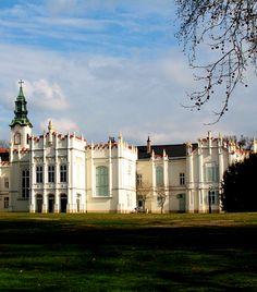 Brunswick-kastély A martonvásári Brunswick-kastély és kertje csodálatosan szép hely a könnyed kirándulásra vágyóknak, emellett híres arról is, hogy Beethoven itt fejezte be az Appassionatát, emellett halhatatlan kedvese az egyik Brunswick lány volt. Beautiful Castles, Homeland, Hungary, Budapest, Journey, Europe, Mountains, Mansions, Palaces