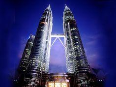 """Base jump depuis la tour de Menara Kuala Lumpur... Un base jump de dingue en pleine nuit par """" John Van Horne"""" d'une hauteur de 335 mètres depuis la tour de Menara Kuala Lumpur"""