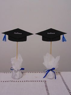 Graduation table ornament personalized Twosided you can enter the name of the trainee or guests name or symbol of the course responsible Graduation Table Decorations, Graduation Crafts, Graduation Party Favors, Graduation Ornament, Trunk Party, Party Centerpieces, Diy Party, Google, High School