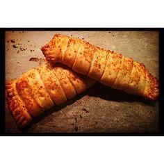 Rotolini di sfoglia ripieni di prosciutto e scamorza, spennellati con olio EVO, un pizzico di sale rosa dell'Himalaya e pan grattato... Cotti in forno 15 minuti a 200 gradi  buoni buoni! #pastasfoglia #prosciutto #scamorza #salehimalaya #oliodoliva #cucinare #ricetteveloci #ricette #forno #delizie #cena #instacucina #pornfood #igerfood #cucinasvizzera #Lugano #laurart #cucinarechepassione