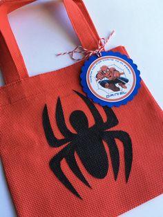 Conjunto de 12 bolsas Favor de Spiderman con etiquetas Spiderman Theme Party, Girl Superhero Party, Avengers Birthday, 4th Birthday, Birthday Parties, Hotel Transylvania Party, Non Woven Bags, Kids Bags, Baby Party