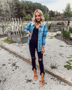 Denim jacket over black top and trendy distressed denim jeans. - Jeans Black - Ideas of Jeans Black - Denim jacket over black top and trendy distressed denim jeans. Vetements Shoes, Mode Jeans, Neue Outfits, Outfit Jeans, Black Jeans Outfit Summer, Black Denim Jacket Outfit, Cute Jean Jacket Outfits, Pub Outfit, Black On Black Outfits