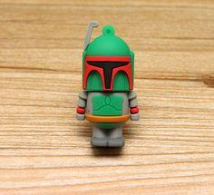Boba Fett es un guerrero mandaloriano y uno de los cazarrecompensas más cotizados de Star Wars. Además es un clon del famoso Jango Fett que lo crió como si