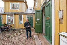 En försäljning av Gula villan, eller Sköldska huset som den egentligen heter, är nära förestående. Nu reagerar släktingar till den ursprunglige ägaren och vill stoppa affären. Exterior Paint, Scandinavian Design, Paint Colors, Garage Doors, Villa, Warm, Outdoor Decor, Home Decor, Paint Colours