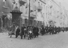 Judeus arrebanhados durante a revolta do gueto de Varsóvia são forçados a marchar até o ponto de encontro para a deportação. Varsóvia, Polônia, abril ou maio de 1943.