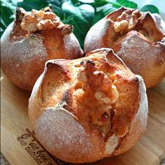 ペコパンの中でも、5本の指に入る絶品パン❤『メープルと胡桃の全粒粉のプチパン』です❤もうこのパンのレシピは暗記しています❗(笑)…ってくらい、載せていませんが、かなりの頻度で焼いている、ペコのお気に入りパンです❗ ペコリでも沢山の方に作っていただいていて、とっても嬉しいです❤ありがとうございます❤ このパンは、粉の種類を変えたり、メープルをハチミツに変えて作ったり…❤色んなアレンジが出来ます 今回は、いつもの原点のレシピ通りに焼きました❤ 仕上げのメープルをかけて焼くのがポイントです じゅわじゅわしたメープルの感じが、たまらなくご馳走なんです❤ 今回はぱっくりと割れ目ができてくれて、とってもかわえ~感じ❗❤(笑) ……もっちり。しっとり。じゅわじゅわ。 もう言葉は入りまへんねッ❤ これからもみなさんに食べて頂きたい、絶品パンです❤ 次に昨日のおやつに作った、『お豆腐で⁉驚きのオレオ®のガトーケーキ』をご紹介します❤ 続く…❤