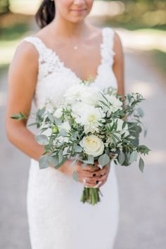 White and greenery bouquet for September outdoor wedding || Modern minimalist white wedding