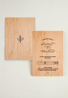 Vous vous mariez dans les bois ou avez envie de grand air ? La collection Love in Da Wood est faite pour vous, ce faire-part sur fond bois plantera le decor !