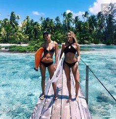 una foto preciosa con tu amiga en una fantástica playa. :)