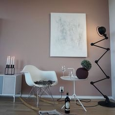 Friday mood 🍷I was lucky enough to get a bottle of red from a satisfied patient , it always pays to do as best you can 🙏🏻 ...Wish you all a nice evening 🌸 - Art by @art.mari.ronning - - - #tgifridays #livingroomdecor #roomforinspo #interiordetails #homestyling #homestaging #nordicinspiration #interiorwarrior #interiordeco #elisabeth_hjem #kajastef  #miennasverden