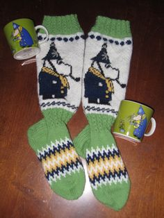 Tekemäni muumi poliisimestari villasukat. Knitted Mittens Pattern, Lace Knitting Patterns, Knit Mittens, Knitting Charts, Knitting Socks, Free Knitting, Crafts To Do, Hobbies And Crafts, Slipper Boots