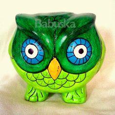 Buho pintado y laqueado a mano. (B228) Babuska Acrylic Art, Piggy Bank, Baby Shower, Patio, Cement Pots, Decorated Flower Pots, Ornaments, Ceramic Owl, Painted Owls