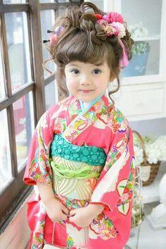 (Japanese text: raspberry, most viewed). This is one of the cutest kimono I've ever seen! Japanese Kimono, Japanese Fashion, Beautiful Children, Beautiful Babies, Cute Kids, Cute Babies, Japonese Girl, Japanese Kids, Yukata Kimono