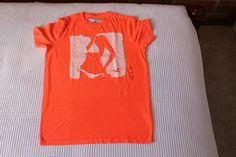Camiseta Holister de colores modernos y diseñados para la epoca actual