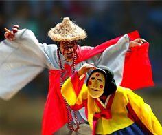 탈춤 The Korean Mask Dance (I'm pinning this because I really like the hanbok on the character in the foreground)