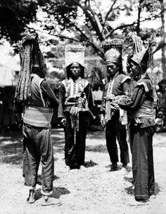 Beambten van het hof van Bima in staatsiekleding, Soembawa. 1925 - 1932