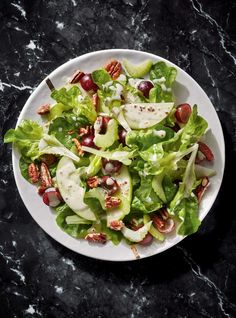 Waldorf Salad with Green Apple, Celery and Pecans - Site Easy Smoothie Recipes, Salad Recipes, Waldorf Salat, Israeli Couscous Salad, Ricardo Recipe, Healthy Snacks, Healthy Recipes, Healthy Eats, Stuffed Peppers