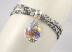Bracelet liberty fleurs bleues, globe en verre statices (fleurs séchées), fermoir zamac : Bracelet par long-nathalie