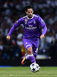Isco Alarcon of Real Madrid CF runs with the ball during the UEFA Champions League Final between Juventus and Real Madrid at National Stadium of Wales on June 3, 2017 in Cardiff, Wales. Real Madrid Football Club, Van Persie, National Stadium, Isco Alarcon, Cardiff Wales, Soccer Stars, Uefa Champions League, Sports Photos, Liverpool Fc