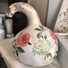 I really love decoupage on gourd, natural shape decoupage with napkins  , easy go with and very beautiful to decorate home or office, do you want to try it