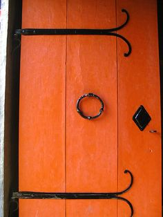 A bright orange door punctuated with glossy black hardware awesome door! Orange Door, Coral Door, Orange Aesthetic, Knobs And Knockers, Terracota, Colorful Roses, Orange Crush, Happy Colors, Bright Colors