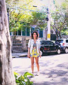 jaqueta @adorofarm | top @garimppo | short @karamello_rio | tênis @novidadesviamia