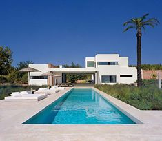 This house is located in Ibiza and it was designed by Jaime Serra. It's a sun-filled home with a modern and simple design. The residence was structured in Mediterranean Houses, Villa Design, Modern House Design, Country Landscaping, Menorca, Cool Pools, Pool Designs, Interior Architecture, Contemporary Architecture