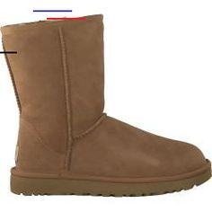 #cowboysandcowgirls - Der Classic Short Ii, 1016223, aus cognacfarbenem Wildleder, gehört zu den Klassikern aus der Ugg-kollektion. Dieser Stiefel aus weichem Lammfell ist vorbehandelt, um gegen leichte Feuchtigkeit und Flecken geschützt zu sein. Die Sohle ist aus Gummi. Das Fußbett ist nicht herausnehmbar. Hinweis: Regelmäßig imprägnieren; um das Material vor Regen, Schnee und Salz zu schützen.... Bearpaw Boots, Ugg Boots, Ugg Australia, Nylons, Uggs, Material, Classic, Fashion, Flower