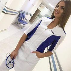 Uniforme médico en blanco y azul rey