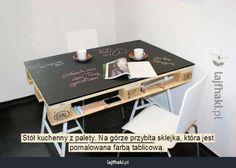 Kreatywny stół kuchenny - Stół kuchenny z palety. Na górze przybita sklejka, która jest pomalowana farbą tablicową.