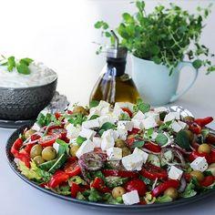 Idag blir det grekisk sallad med tzatsiki till lunch Gott Recept hittar du i länken➡@zeinaskitchen