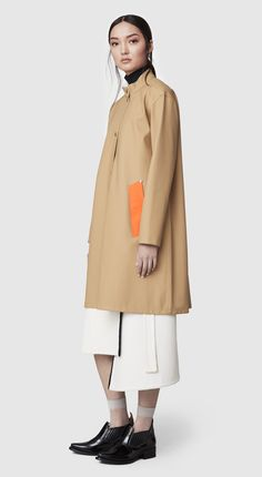The Alvik Sand raincoat is our new women's A-lined shaped, hoodless raincoat in rubberized cotton. This feminine style is handmade and comes unlined and with welded seams. The finest craftsmanship is used to create this beautiful raincoat, here in a sand