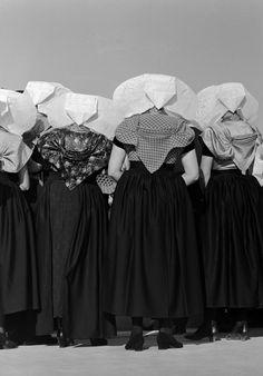 Vrouwen met protestantse klederdracht van Zuid-Beveland (1950-1960), foto Cas Oorthuys