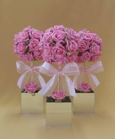 Topiaria de rosas em e.v.a. na cor rosa, em vaso de vidro espelhado com laço fita de cetim. O acabamento é feito com musgo desidratado.    Ideal para enfeitar festas, como centro de mesa e aproveitar para dar de lembrança aos convidados. Pode ser usado também para outras mesas como a do bolo, caf...