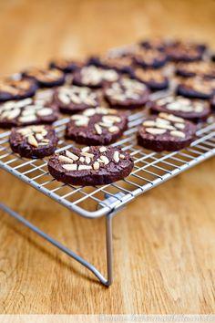 Ein einaches und leckeres Rezept für Schoko-Kokos-Plätzchen mit Mandeln, bei dem man weeder ausrollen noch ausstechen braucht.