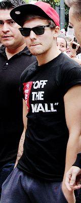 Guys, Louis is wearing a snapback. A SNAPBACK!