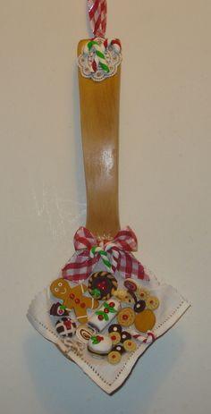 Mestolo di legno con dolcetti natalizi in fimo.