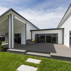 Our gorgeous Terrain Silver Maple capped composite decking was used to create this breathtaking home in New Zealand! The homeowner used our grey deck boards to beautifully complement their home in the most gorgeous way 😍 Deck Ideas New Zealand, Composite Decking, Deck Design, New Homes, Outdoor Decor, Modern, Silver, Outdoor Flooring, Hallways