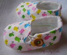 34 new ideas for baby shoes hand made kids Doll Shoe Patterns, Baby Shoes Pattern, Baby Patterns, Felt Baby Shoes, Baby Girl Shoes, Baby Sewing Projects, Sewing For Kids, Baby Boots, Baby Crafts