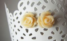 http://de.dawanda.com/product/42336498-cremefarbene-Rosen-Blumen-Ohrringe-Vintage-Stecker    Springtime!