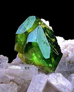 10 deadliest rocks and minerals Introduction to geology. Minerals And Gemstones, Rocks And Minerals, Natural Gemstones, Cool Rocks, Mineral Stone, Crystal Grid, Rocks And Gems, Stones And Crystals, Healing Stones